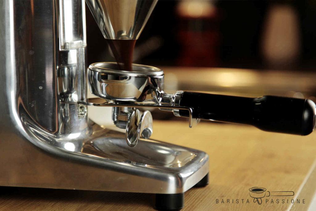 Die Quamar M80E Espressomühle im Einsatz.
