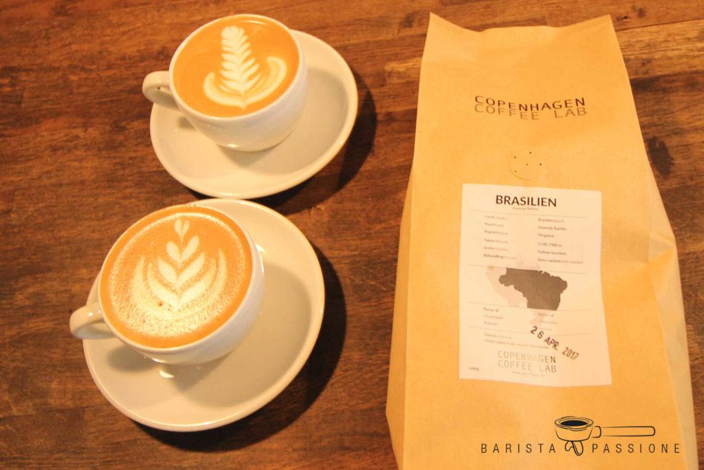 latte art mehrfach tulpe und blatt/rosetta
