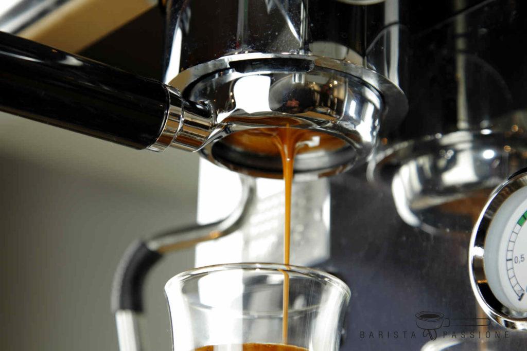 Espresso zubereiten mit einem bodenlosen Siebträger