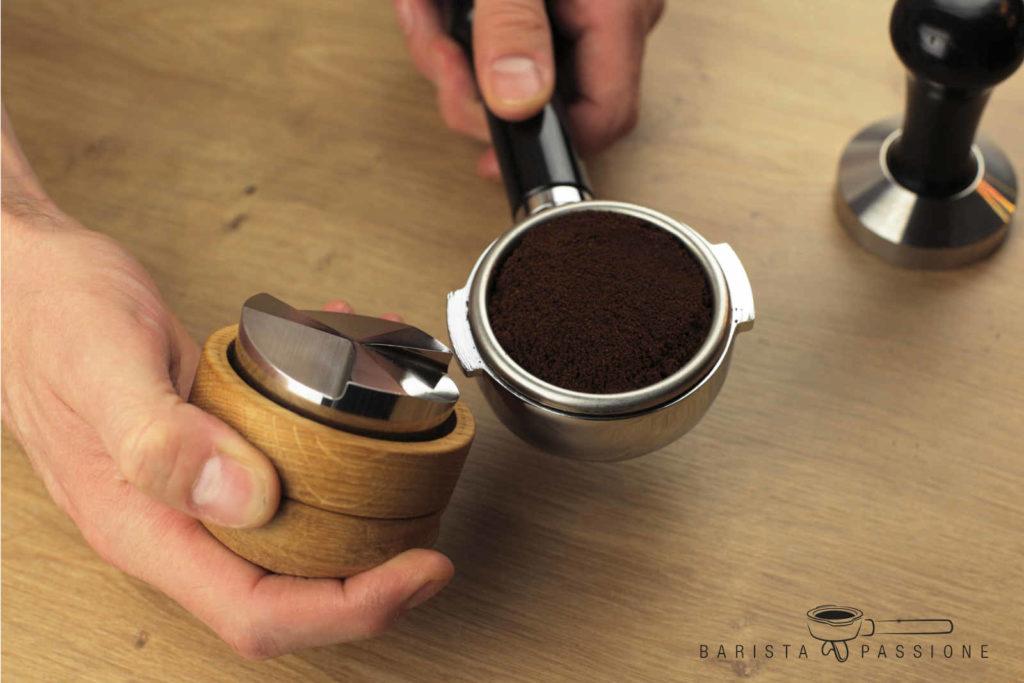 espressp zubereiten - espressomehl mit einem mahlgut dozer leveln