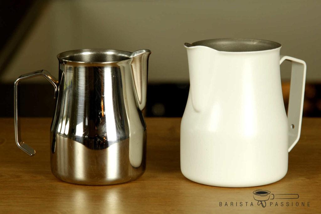 milch aufschäumen mit milchkännchen (pitcher)
