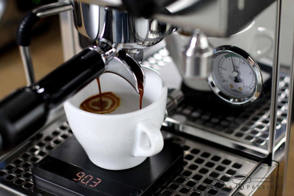 cafe-americano-zubereitung-espresso-einlaufen-lassen