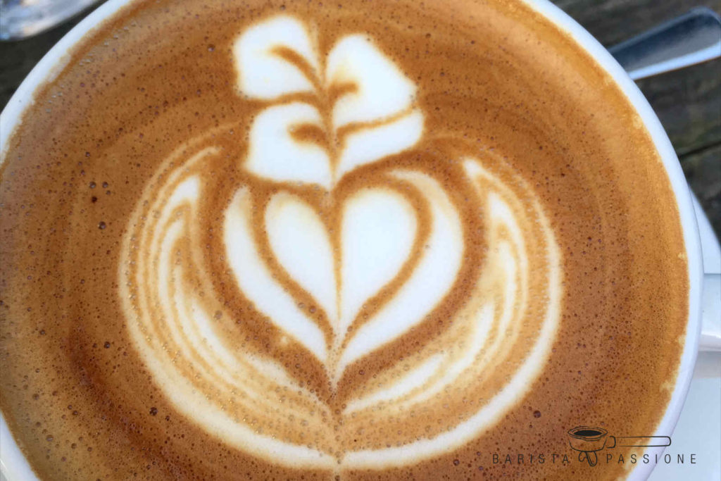 Cappuccino Zubereitung mit Latte Art