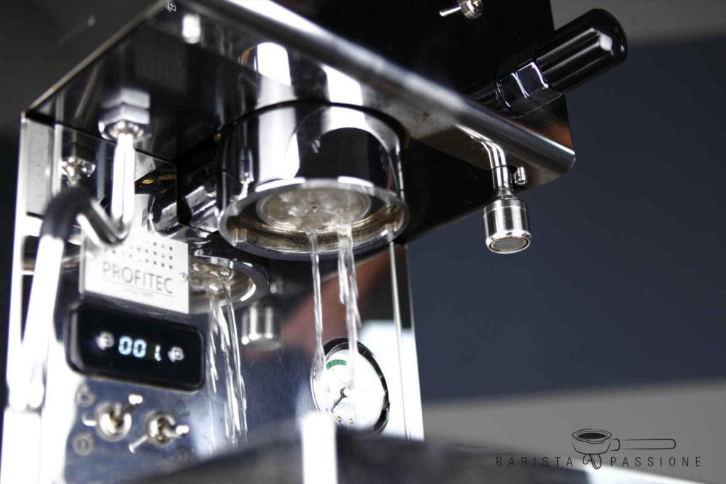 bild espressomaschine-flushen-vor-espressobezug