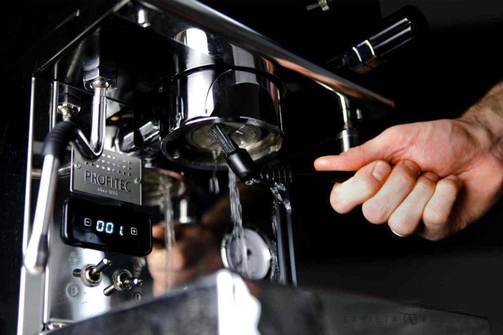bild espressomaschine-reinigen-brühkopfbürste