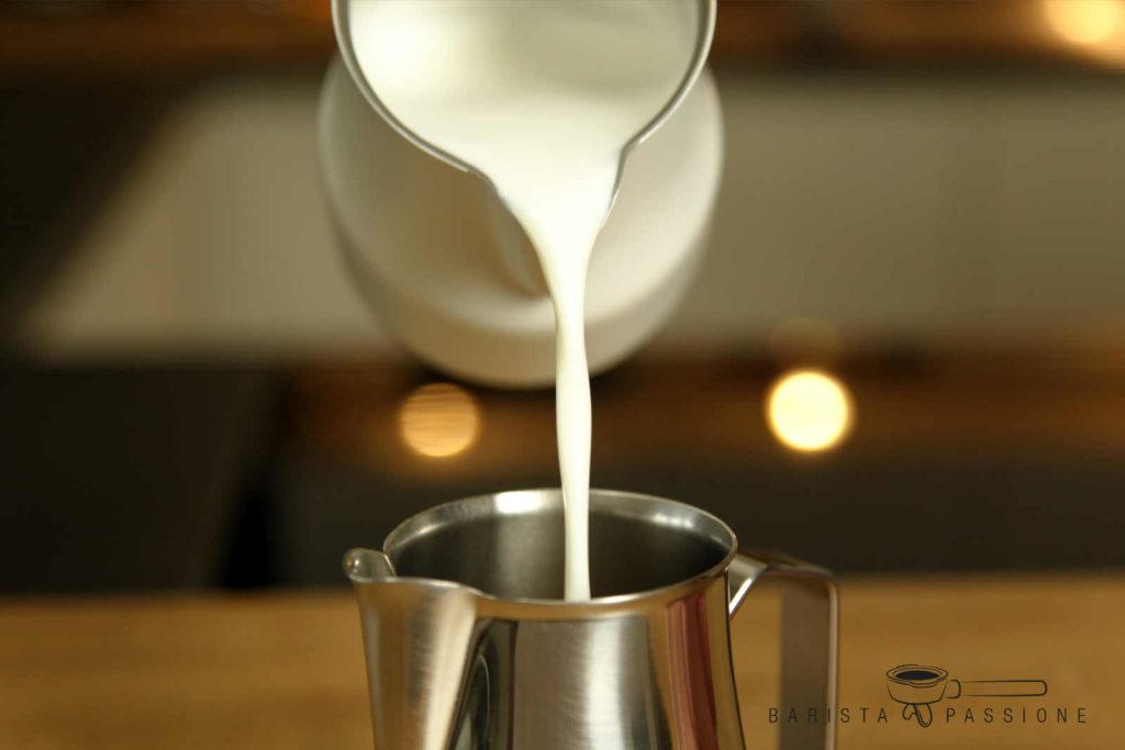 milchschaum-umfüllen-für-bessere-latte-art