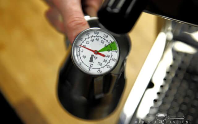 milchschaumthermometer beim milchaufschäumen verwenden