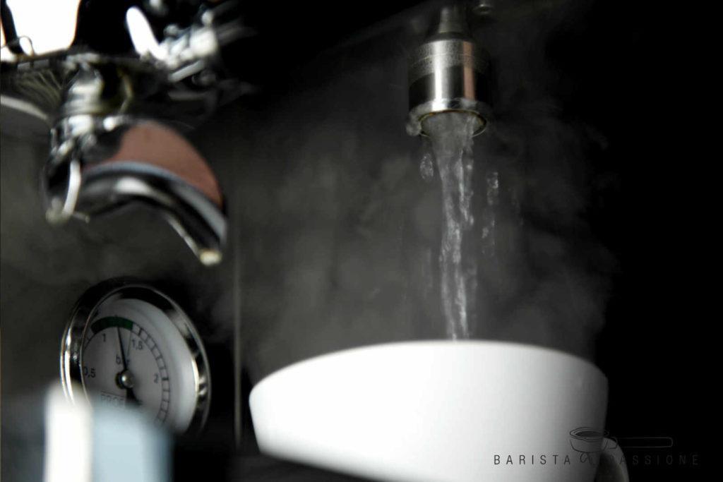 tassen vorwärmen mit heißem wasser vor der cappuccino zubereitung