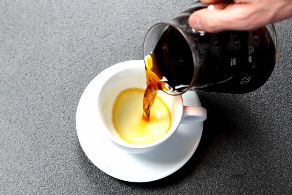 filterkaffee-eingießen