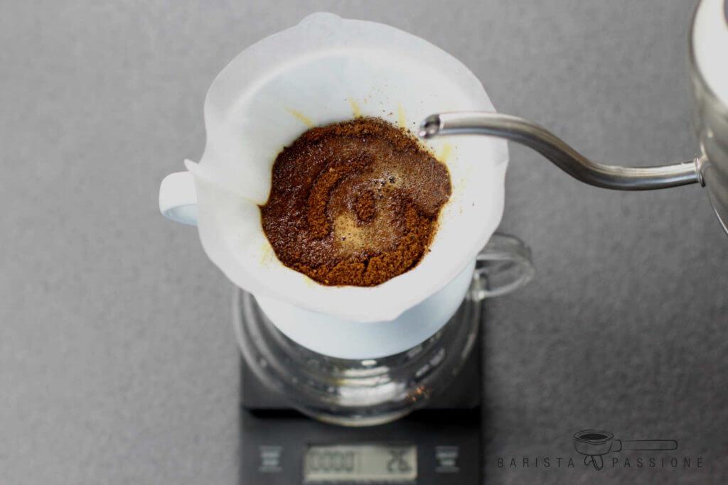 filterkaffee-kaffeemehl-befeuchten