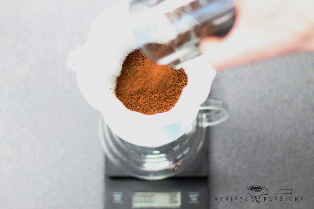 filterkaffee-kochen-kaffeemehl-in-den-filter-geben