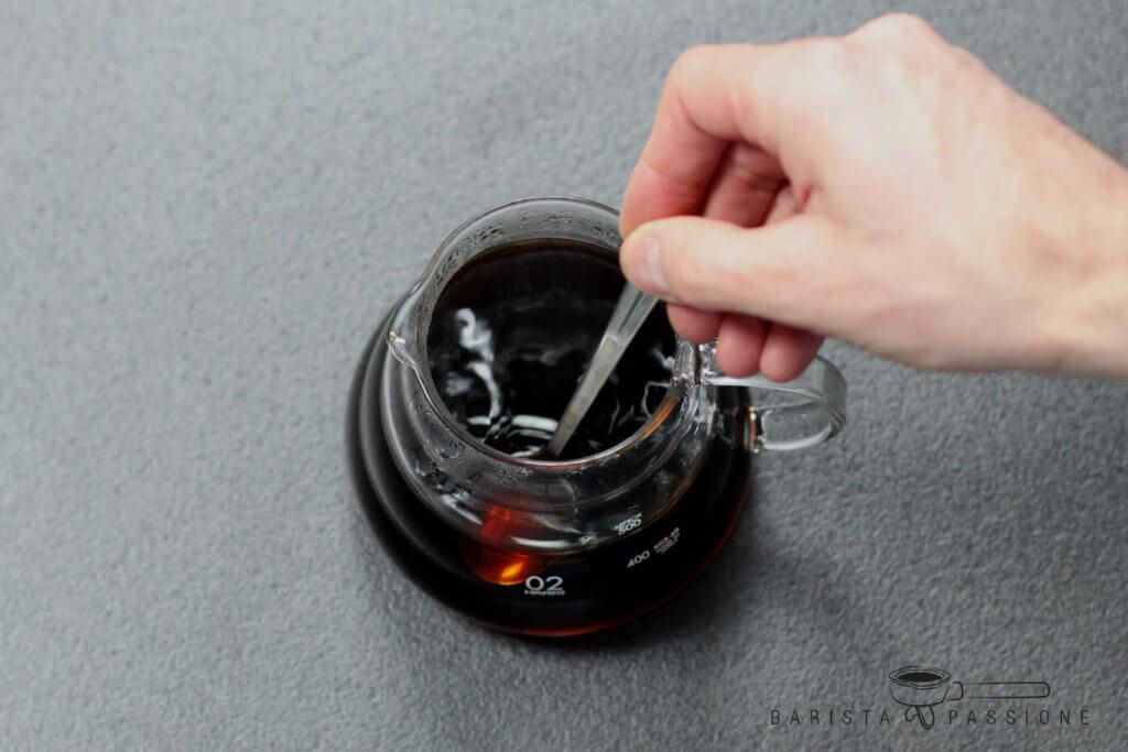 filterkaffee-vor-dem-trinken-umrühren