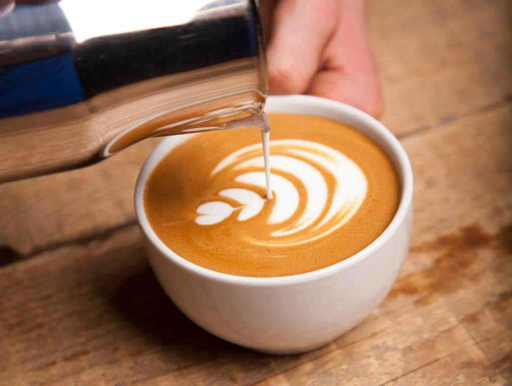 bild-barista-christian-latte-art-tulpe