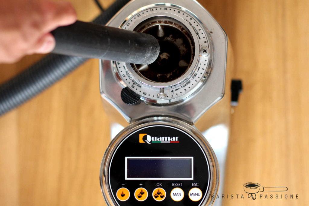 kaffeemühle-reinigen-mit-staubsauger